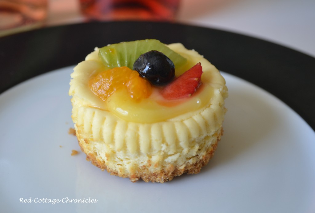 Cheesecake with fresh fruit and lemon curd
