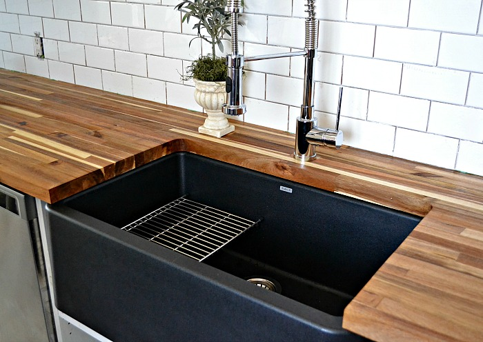 black farmhouse kitchen sink a black farmhouse sink gives our country kitchen a warm feel 4668
