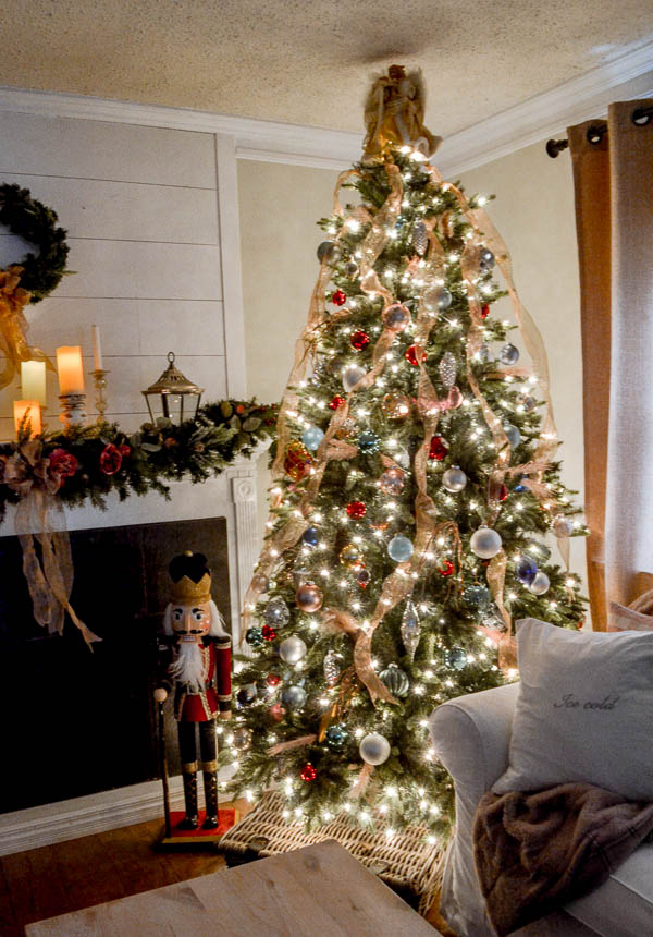 How to Decorate a Victorian Christmas Tree